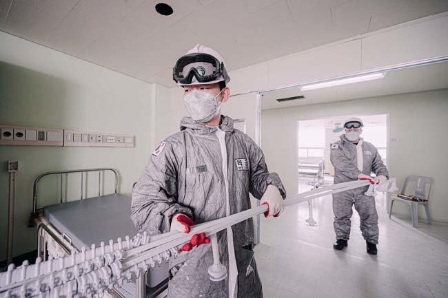3월 4일 육군 장병들이 국군대구병원에서 음압병상 확충공사를 하고 있다. [사진 제공·육군]