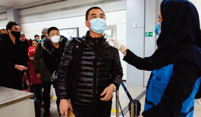 이란 방역요원이 테헤란국제공항에서 입국 승객들의 체온을 재고 있다. [ISNA]