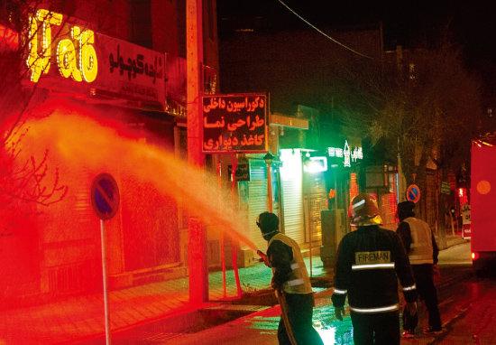 이란 소방대원들이 코로나19 확산을 막기 위해 소방호스로 소독제를 뿌리고 있다. [ISNA]
