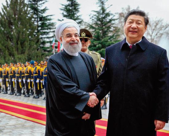 시진핑 중국 국가주석(오른쪽)과  하산 로하니 이란 대통령이 웃으며 악수하고 있다.  [ISNA]