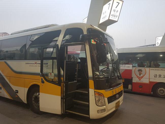 3월 6일 저녁 서울 서초구 서울고속버스터미널에서 승객을 기다리는 대구행 고속버스. [최진렬 기자]