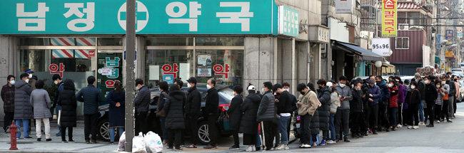 3월8일 서울 성북구 보문동의 한 약국 앞에 마스크를 구입하려는 시민 60여 명이 길게 줄지어 섰다. [동아DB]