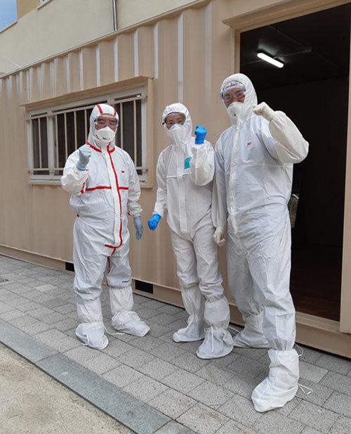 경북 영덕 대구경북3 생활치료센터에서 정철 삼성의료원 교수(맨 왼쪽)가 레벨D 방호복을 입고 환자 진료 준비를 하고 있다. [사진 제공·정철]