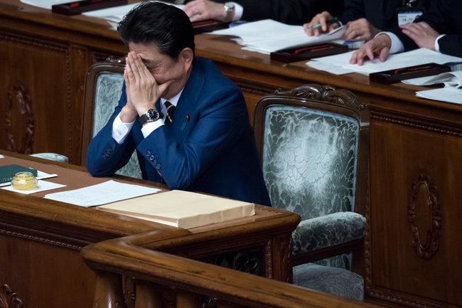 곤혹스러운 표정의 아베 신조 일본 총리. [GettyImages]