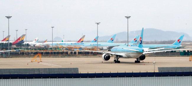 3월 9일 오후 인천국제공항 제2터미널 활주로 계류장에 항공기가 줄 지어 서 있다. [뉴시스]