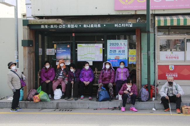 구례5일장에 왔다가 귀가를 위해 버스를 기다리는 주민들.