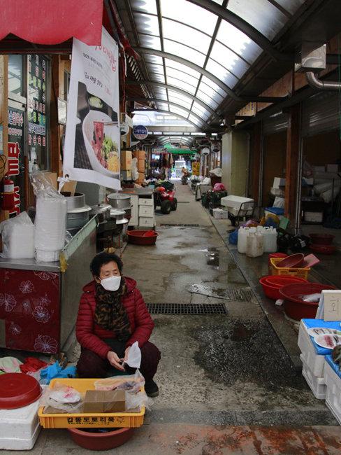 찾아오는 손님이 적어 썰렁한 시장에서 도토리묵을 파는 할머니.