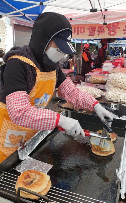 마스크를 끼고 호떡을 굽는 모습.