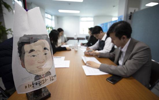 3월 12일 서울 종로구 종로6가에 위치한 이낙연 후보 선거캠프에서 유튜브팀 팀원들이 오전 회의를 하고 있다. [지호영 기자]