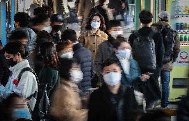 서울 구로구 콜센터에서 코로나19 집단감염이 발생한 가운데 3월 13일 오전 마스크를 쓴 시민들이 서울지하철 1호선 구로역에서 출근길에 오르고 있다. [뉴스1]