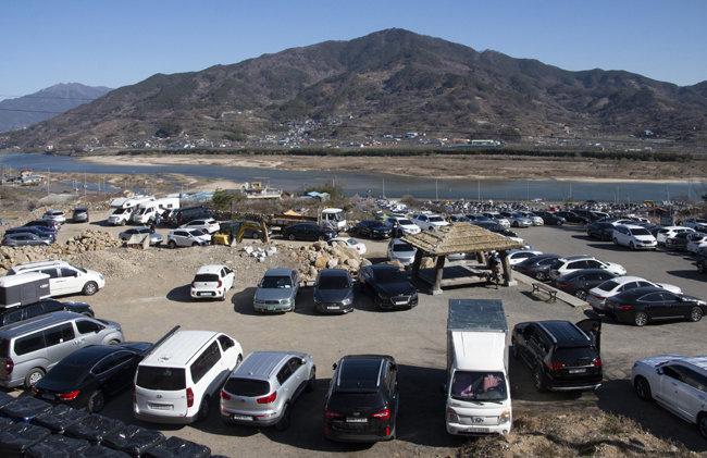 상춘객들의 자동차가 주차장에 가득하다.