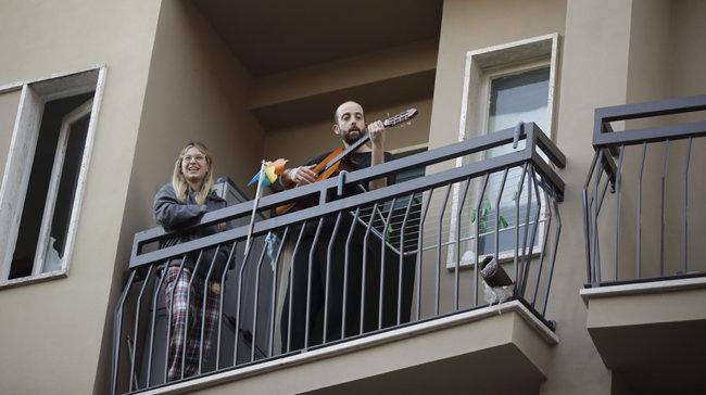 3월 10일 이후 사실상의 가택겨리 상태에 들어간 이탈리아인들이 발코니에서 서로를 격려하는 노래를 부르고 있다. [AP=뉴시스]