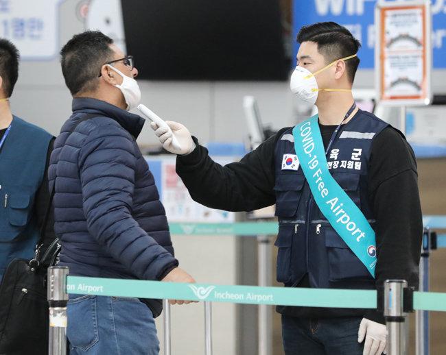{3월 13일 인천국제공항에서 한 승객이 발열검사를 받고 있다. [뉴시스]