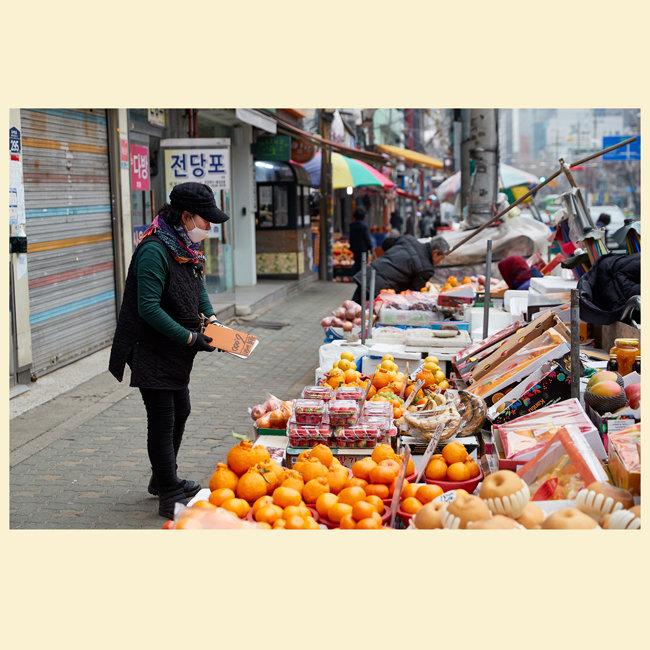 과일에 가격표를 붙이는 한 상인.