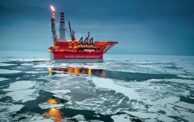 러시아 탐사선이 북극해 해저유전에서 원유를 탐사하고 있다. [Analolu agency]