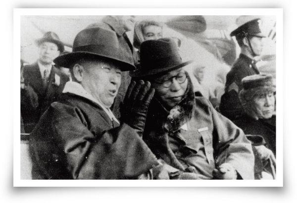1945년 12월 1일 임시정부 요인 환영회에 참석한 이승만(왼쪽)과 김구. [동아일보]