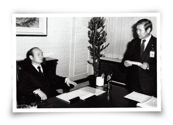 1982년 12월 19일 전두환 대통령(왼쪽)이 청와대에서 노태우 정무제2장관으로부터 주요 업무 계획을 보고받고 있다. [동아일보]