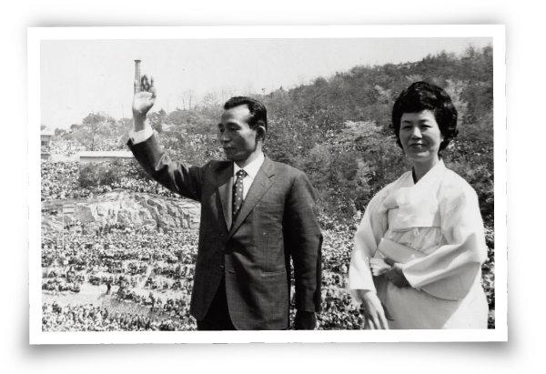 1971년 4월 25일 대선 유세장에서 인사하는 박정희 후보 부부.  [동아일보]