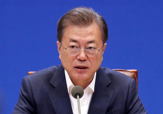 문재인 대통령이 19일 청와대에서 열린 제1차 비상경제회의에 참석해 발언하고 있다. [뉴시스]