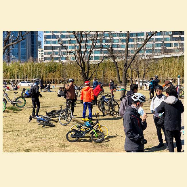 휴식을 취하는 자전거 라이더들.