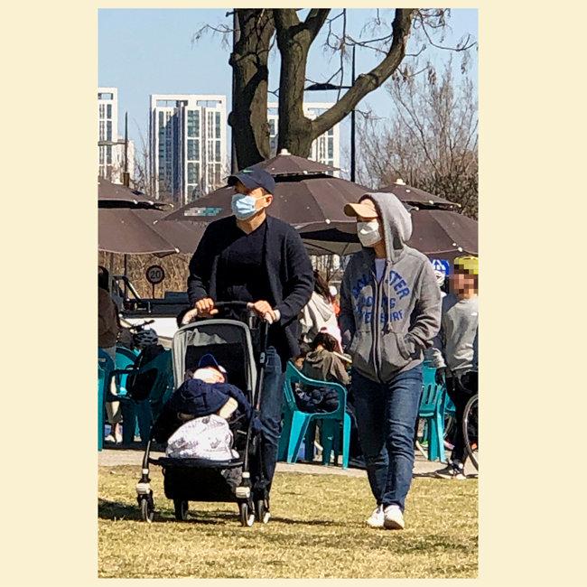 마스크를 착용하고 산책하는 가족.