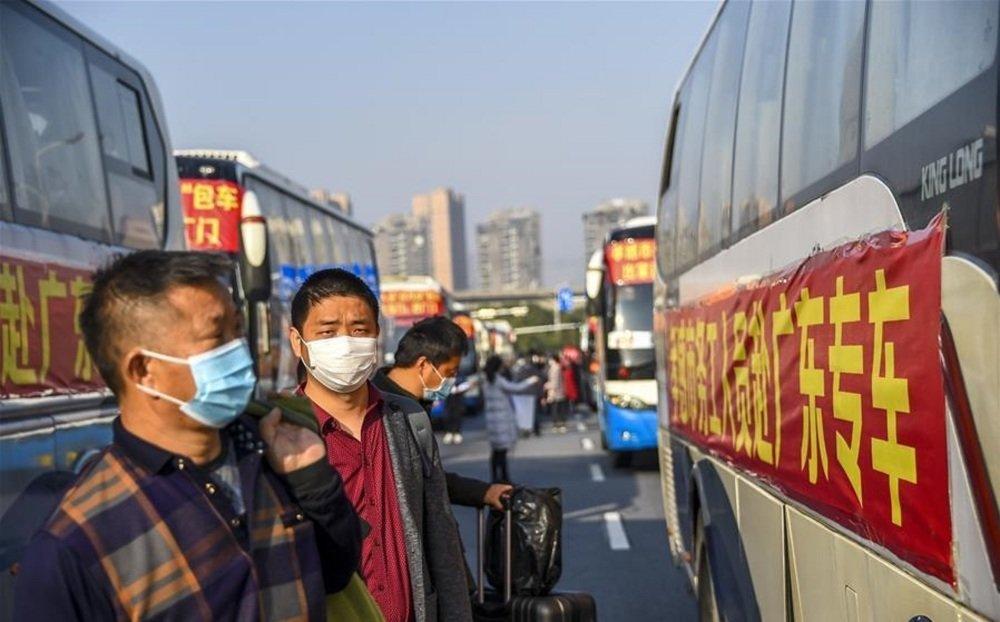 중국 농민공들이 일터로 복귀하기 위해 회사가 제공한 버스에 타고 있다. [China Daily]
