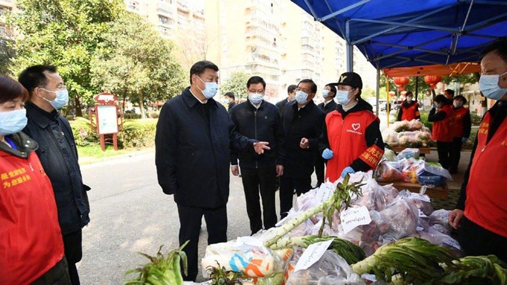 시진핑 중국 국가주석이 우한을 방문해 채소 상점들을 둘러보고 있다. [CGTN]