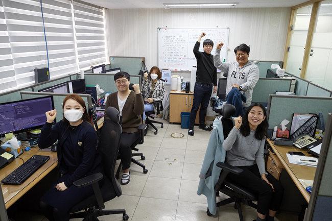 코로나19 경증환자가 입소한 전국 생활치료센터에 데이터 기반 스마트 모니터링 시스템을 지원해주고 있는 소프트넷 헬스케어사업본부 개발자들. [홍중식 기자]