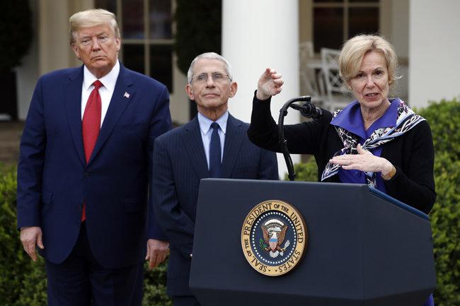데비 벅스 미국 백악관 신종 코로나바이러스감염증(코로나19) 태스크포스(TF) 조정관이 3월 29일 도널드 트럼프 대통령이 지켜보는 가운데 기자회견을 하고 있다. [AP=뉴시스]