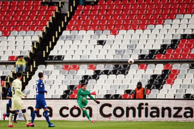 멕시코 프로축구 선수들이 코로나19 사태로 무관중 경기를 하고 있다. [뉴시스]