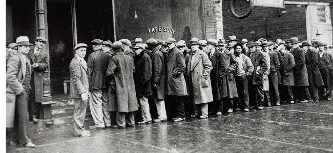 1930년대 초반 대공황으로 직장을 잃은 미국 실업자들이 시카고 무료급식소 앞에 줄을 서 있다. [NARA]