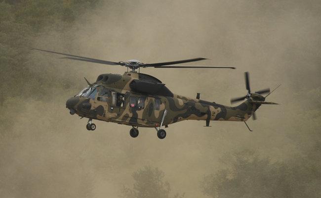 마린온 헬기의 원형인 수리온 헬기. 수리온은 육군이 대량으로 운용하고 있는 헬기다. 4성 장군 성판을 붙인 수리온이 훈련장에 착륙하고 있다. [신인균 자주국방네트워크 대표]