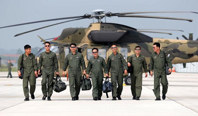 육군항공작전사령부 소속 수리온 조종사들이 임무 비행을 마치고 기지로 복귀하고 있다. [신인균 자주국방네트워크 대표]