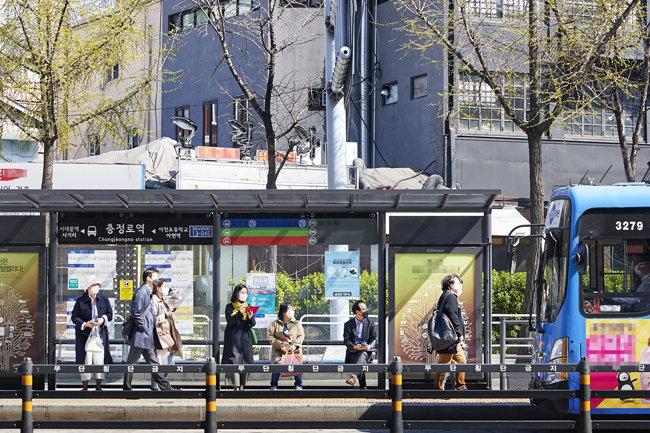 서울 충정로 버스정류장에서 이용객들이 모두 마스크를 착용하고 버스를 기다리는 모습.