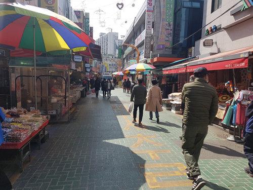 4월 6일 서울 동작구 사당동 남성사계시장을 찾은 지역 주민들. [최진렬 기자]