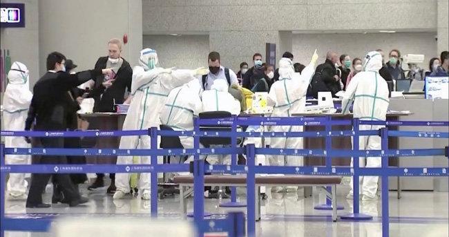 중국 검역관들이 공항에서 외국인 입국자들의 출입을 막고 있다. [CGTN]
