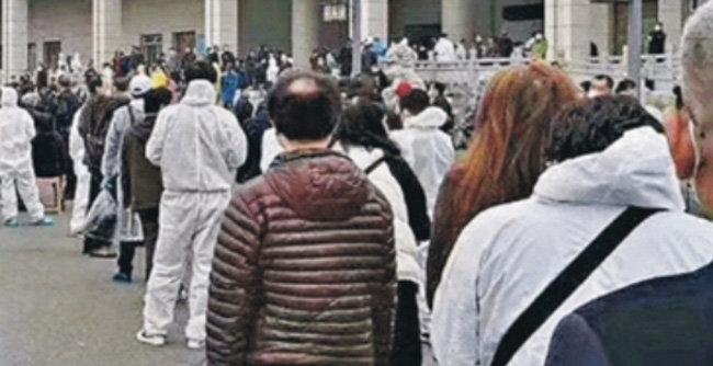 중국 우한의 한 화장장 앞에 유가족들이 유골을 받으려고 줄을 서 있다.  [Epoch Times]