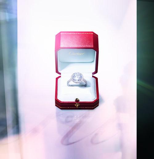 레드박스에 담긴 다이아몬드 반지. [© Cartier]