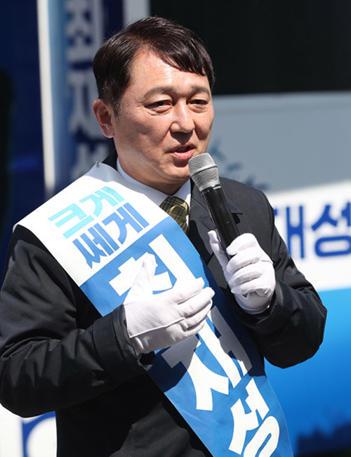 서울 지하철 잠실새내역에서 선거유세를 하고 있는 더불어민주당 최재성 후보. [동아일보]