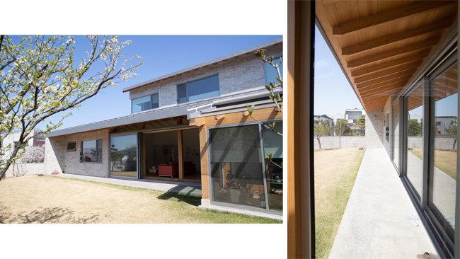 남향에 들어선 정원에서 바라본 대청마루와 부엌(왼쪽). 한옥의 처마와 섬돌을 현대화시킨 구조.  [지호영 기자]