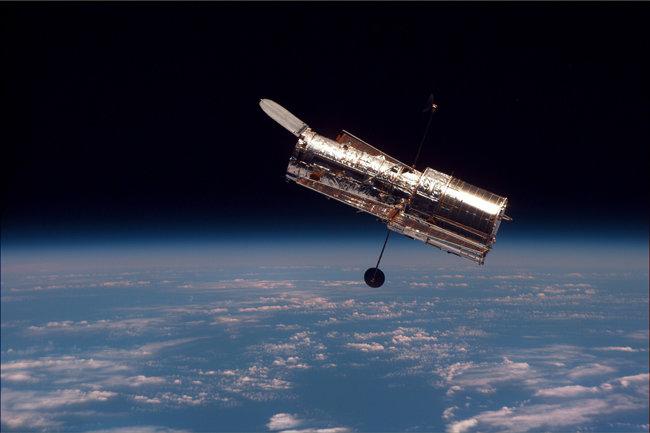 우주왕복선 디스커버리호에서 촬영한 허블우주망원경. [미 항공우주국(NASA)]