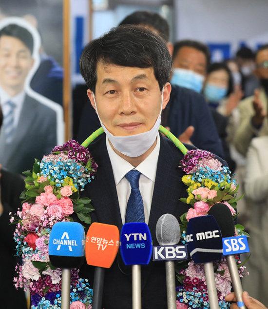 윤건영 더불어민주당 서울 구로을 후보가 4월 15일 오후 구로동 선거사무소에서 21대 국회의원 선거 당선을 확정한 후 꽃목걸이를 걸고 기뻐하고 있다. [윤건영 당선인 캠프 제공]