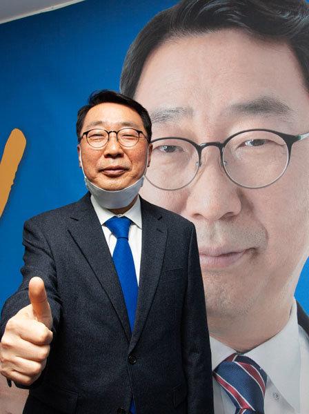 4월 15일 윤영찬 더불어민주당 경기 성남중원 후보가 선거사무소에서 승리를 자신하며 엄지를 들어보이고 있다. [조영철 기자]