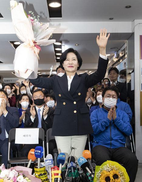 4월 16일 서울 동작구 선거사무소에서 이수진 더불어민주당 후보가 21대 총선 당선이 확실시된 후 꽃다발을 들고 인사하고 있다. [박해윤 기자]