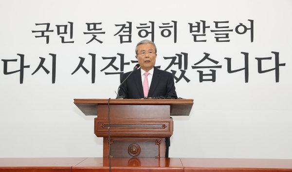 김종인 미래통합당 총괄 선거대책위원장이 4월 16일 오전 국회에서 21대 총선 결과와 관련해 기자회견을 하고 있다. [뉴시스]