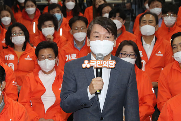 국민의당 안철수 대표가 4월 15일 서울 마포구 서울시당 당사에 마련된 21대 총선 개표상황실을 찾아 출구조사에 대해 입장을 밝히고 있다. [뉴스1]