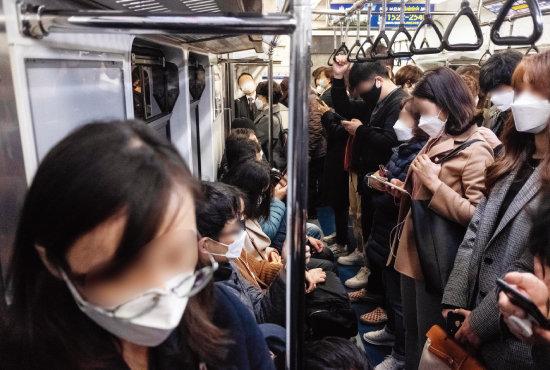 중앙재난안전대책본부가 강화된 '사회적 거리 두기' 방안으로 대중교통 거리 확보를 발표한 다음 날인 3월 23일 오전 서울 시내로 향하는 출근길 지하철이 마스크를 쓴 시민들로 가득 차 있다. [뉴시스]