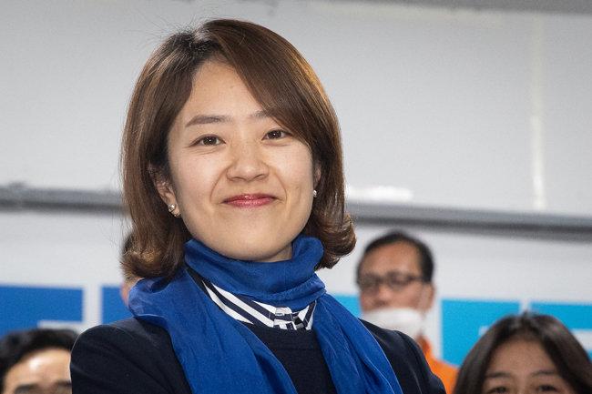 21대 총선에서 서울 광진을 지역구에 출마한 고민정 더불어민주당 후보가 당선을 확정지은 후 미소 짓고 있다. [뉴스1]