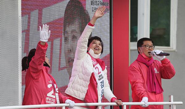 4월 14일 경기 성남시 분당구 한 아파트 단지 인근에서 지지를 호소하는 김은혜 미래통합당 후보. [뉴스1]