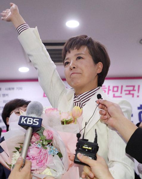 4월 16일 경기 성남시 선거사무소에서 김은혜 미래통합당 성남시 분당갑 후보가 당선이 확실시되자 기뻐하고 있다. [뉴스1]